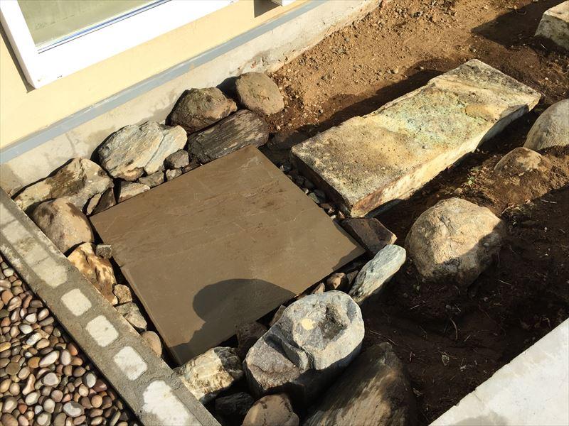 既存の自然石と新たに購入した自然石の平板と組み合わせた石の路盤