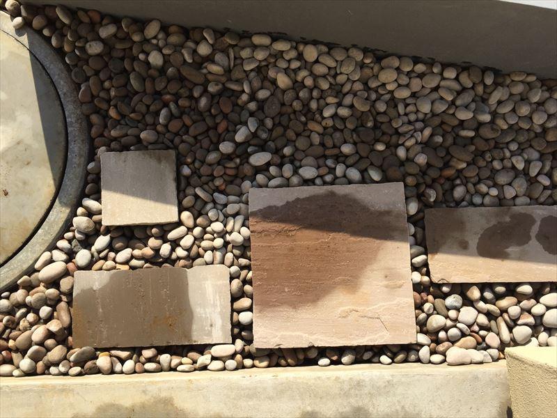 スコティッシュぺブルの丸い砂利と真四角の自然石の平板