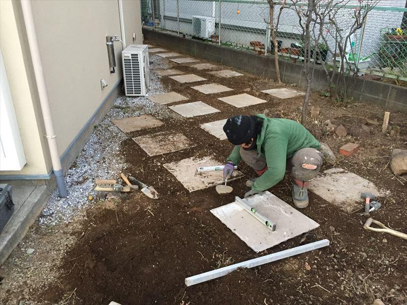 リノベーションを行った戸建ての庭を自然石を使った遊びのあるナチュラルガーデンに