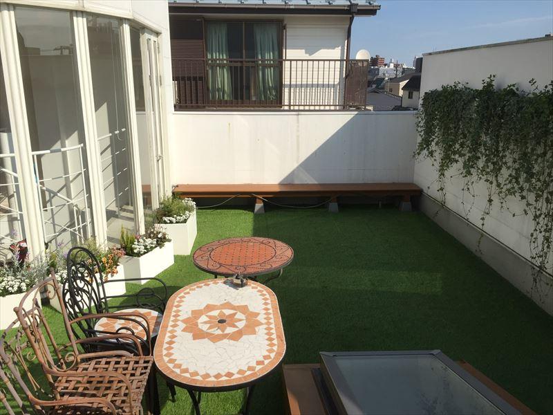 壁面プランターなどで屋上を緑化した施工後