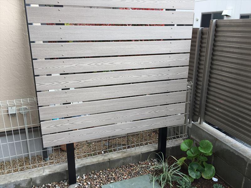 メンテナンスが不必要な腐食しないアルミの支柱と人工樹脂フェンス