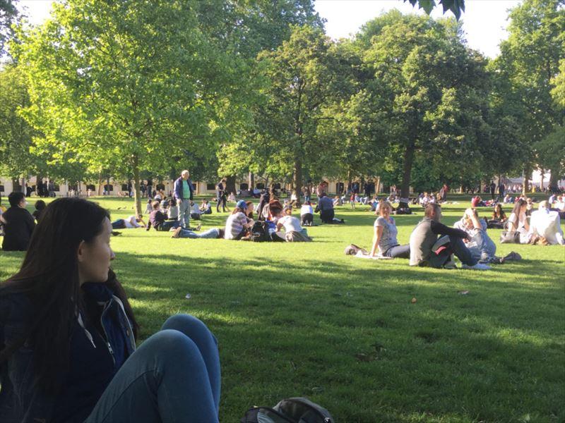 芝生の上で過ごすイギリス人達