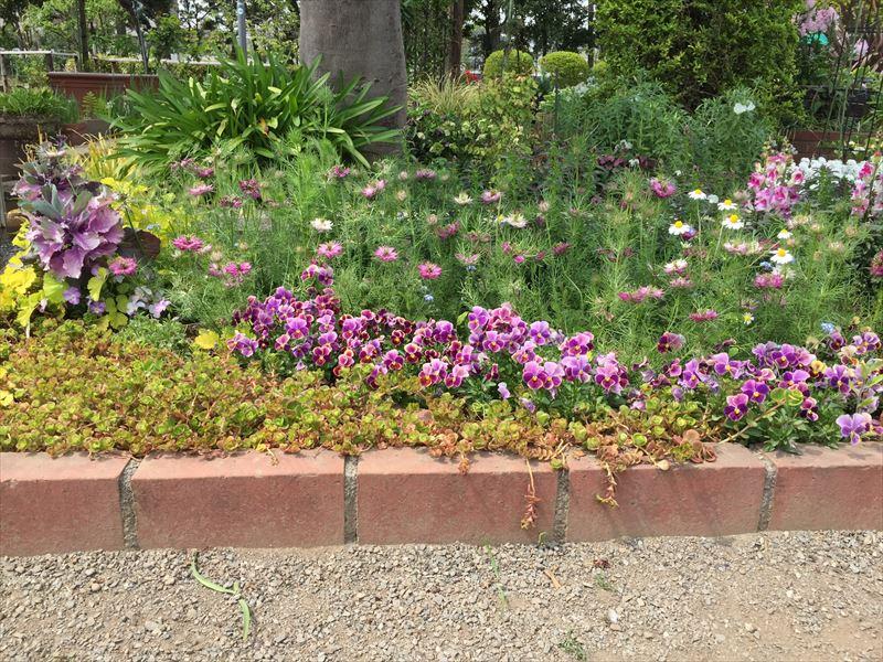 とても簡単に施工できる一段レンガ花壇
