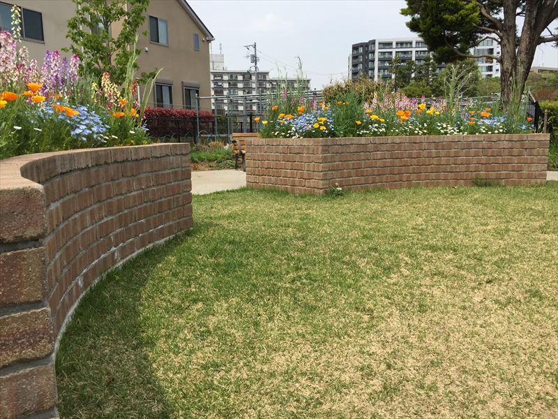 世田谷区にある高さがあるレンガ花壇