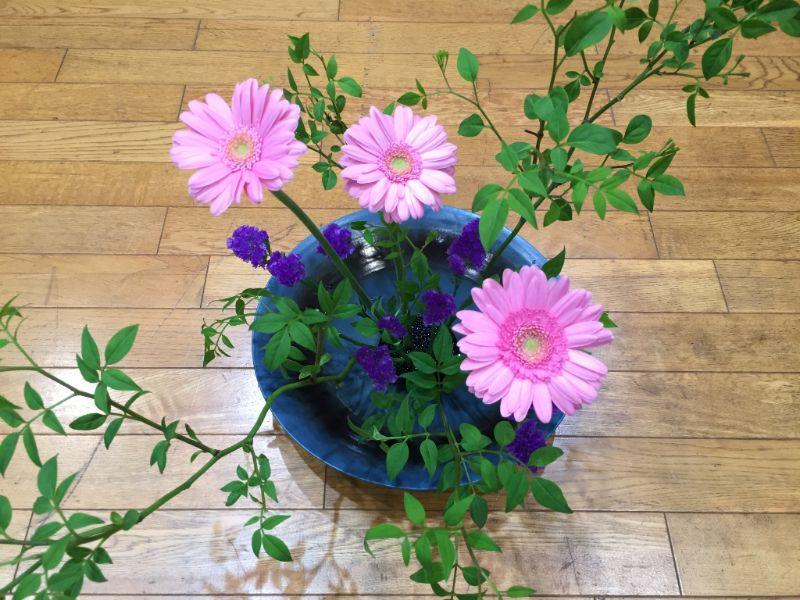 池坊東京支部の研究会でいけた5月のガーベラとスターチスの自由花