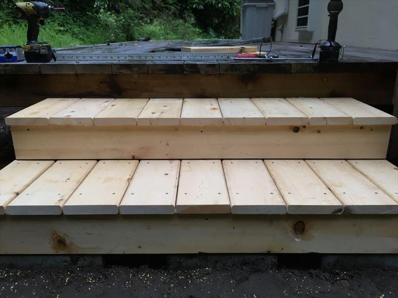 完成したDIYでも施工可能なウッドデッキのステップ