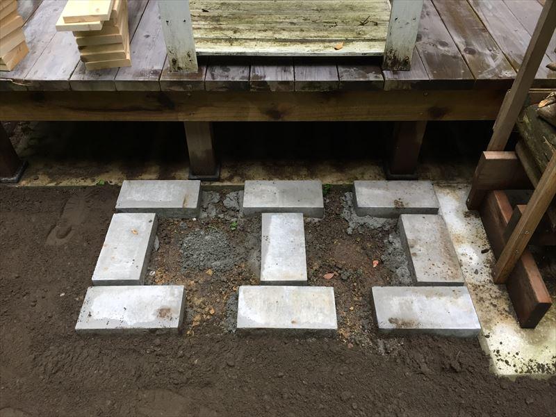 コンクリート平板で固定したウッドデッキのステップの基礎