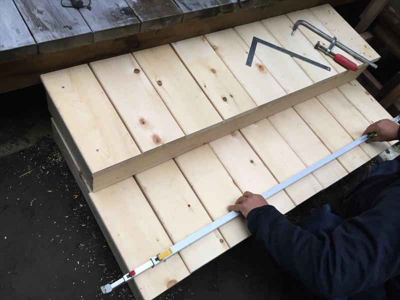 DIYでウッドデッキのステップの床板を付ける