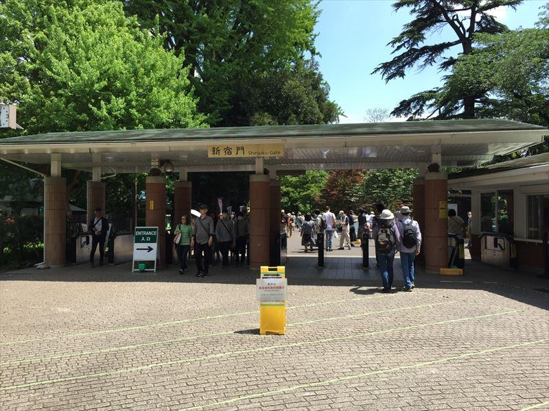 新宿駅から真っ直ぐ歩いて一番大きな新宿御苑の入り口の新宿門