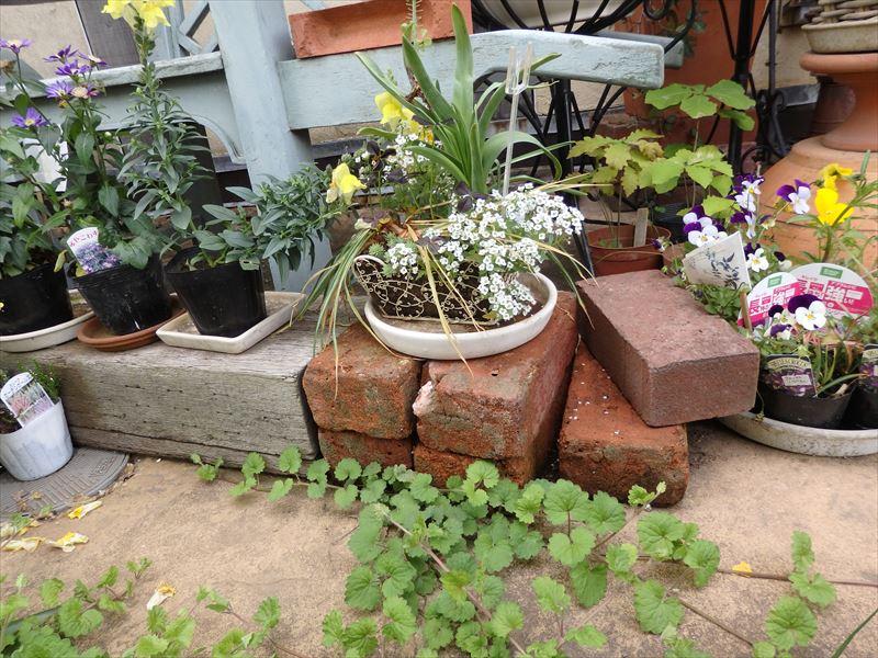 DIYですぐできるレンガの鉢植え台