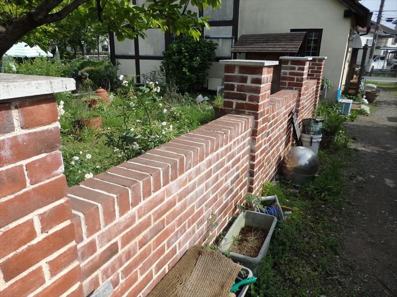 お庭と通路を隔てるレンガの壁