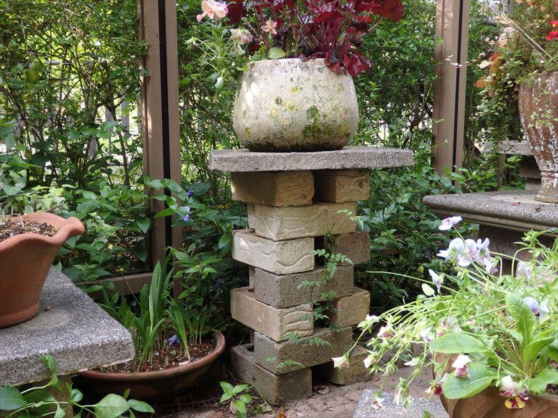 イングリッシュガーデンで良くみかけるレンガの鉢植えスタンド