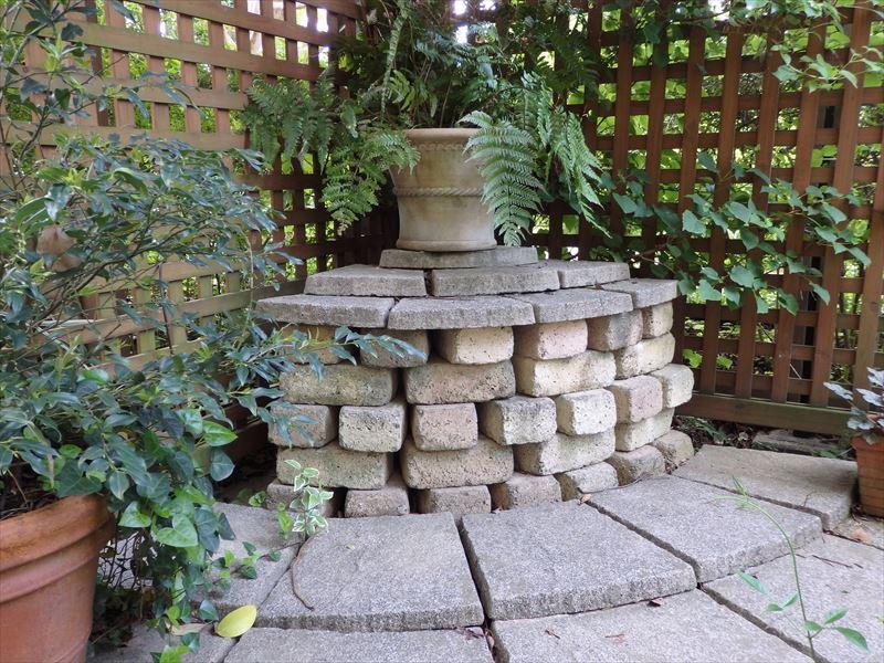 庭のコーナーにレンガでつくった鉢植え台