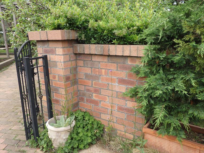 門の材料として使われるレンガ