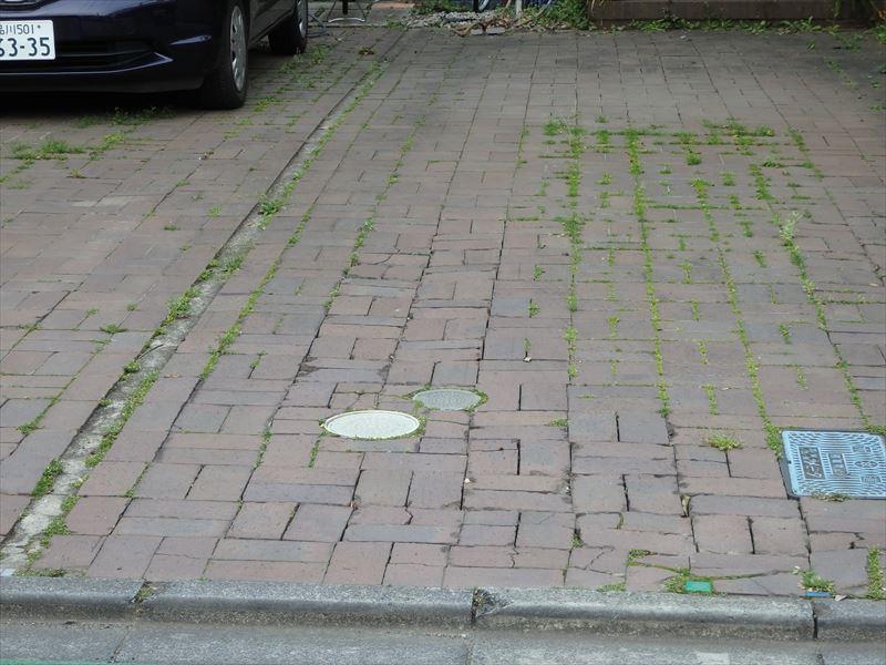 劣化したレンガの駐車場