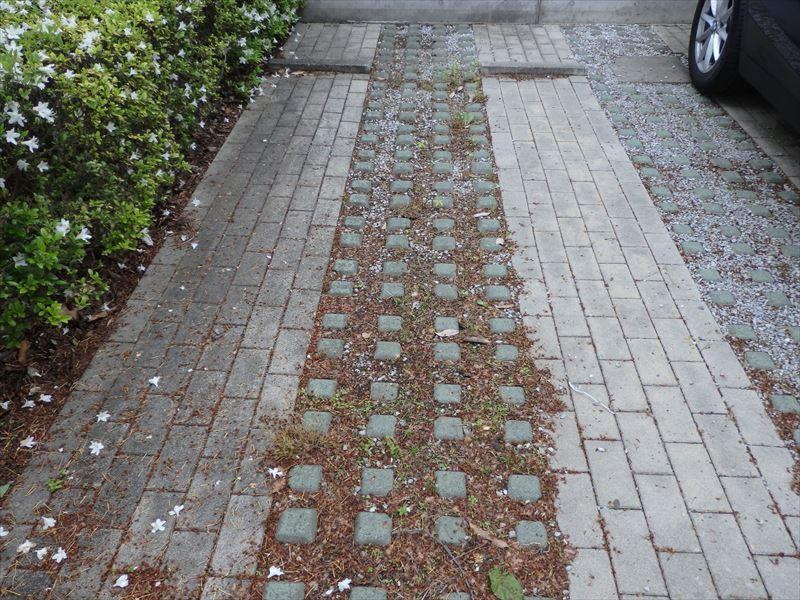 植物が定着しなかったレンガの駐車場