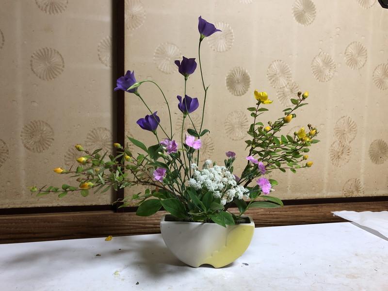 池坊をはじめて3年目の生徒である造園会社ぐりんぐりんの横田が生けたセンターピースの自由花