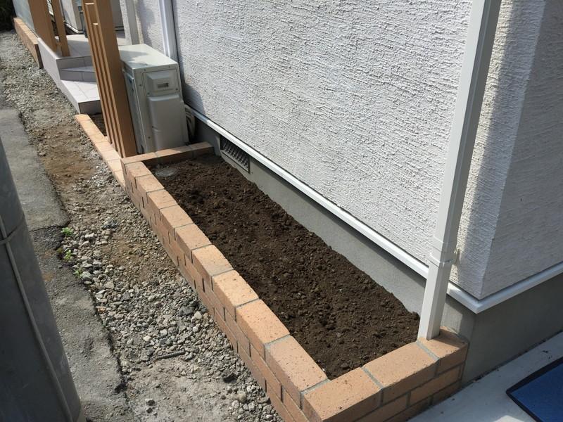 植栽がされていない新築個人邸の花壇