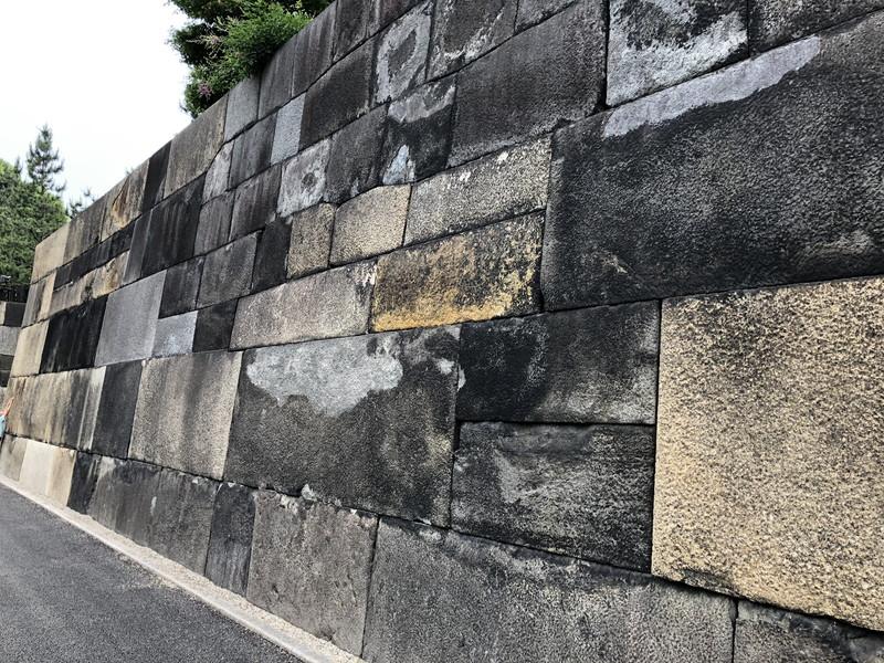 皇居内の巨大な石垣