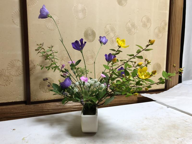 池坊の先生が生けたセンターピースの自由花のサイド