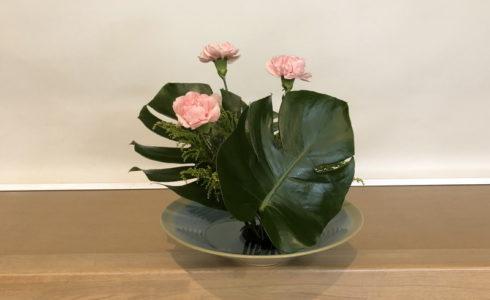 カーネーションとモンステラの池坊の自由花を東京支部の研究会で発表する