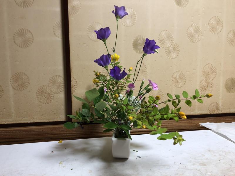 池坊をはじめて3年目の生徒が生けたセンターピースの自由花のサイドから見たところ