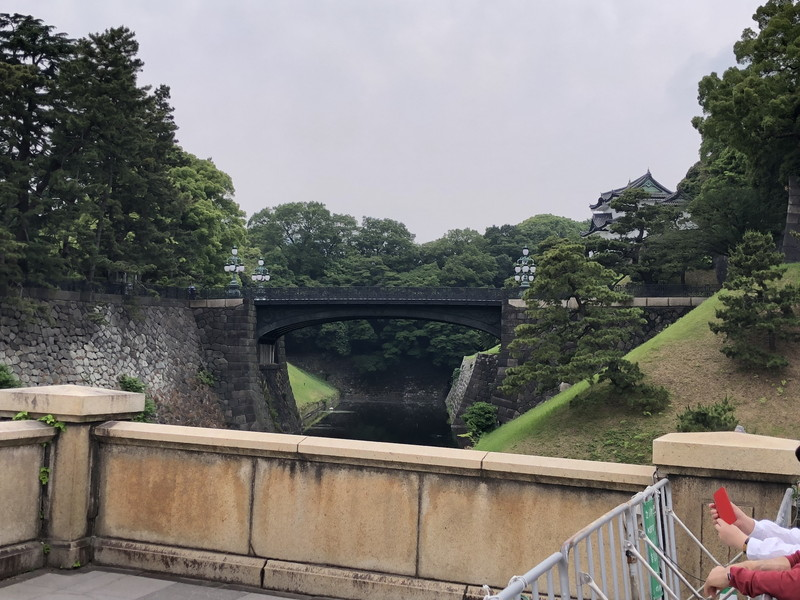 正門から横目に拝見できる二重橋