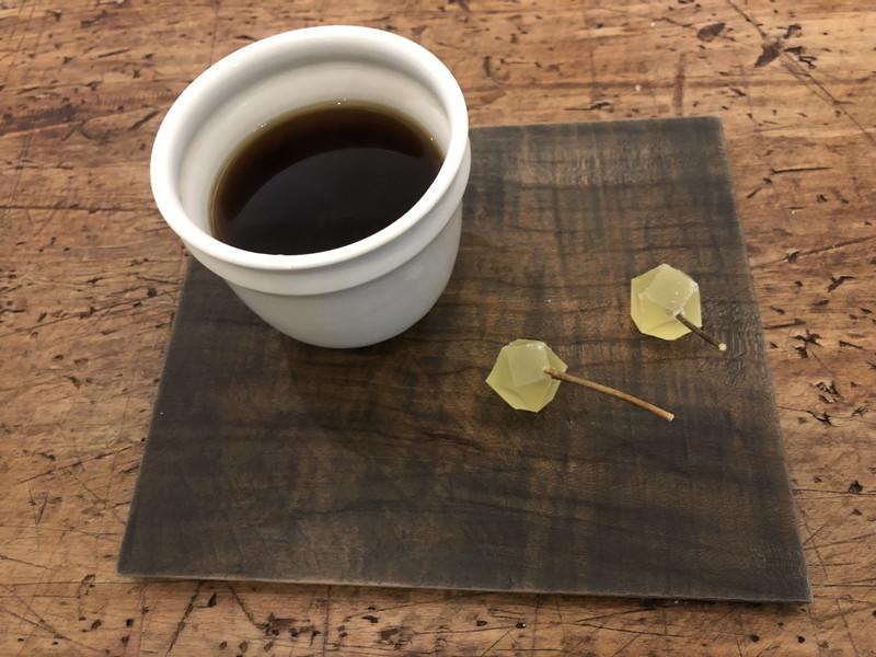 フラワーアレンジメントの後のお茶とつまようじが黒モジの枝の茶菓子