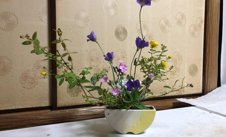 センターピースとしていけられた池坊目黒教室の先生の生け花