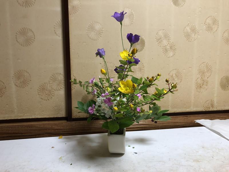 池坊をはじめて3年目の生徒のセンターピースの自由花