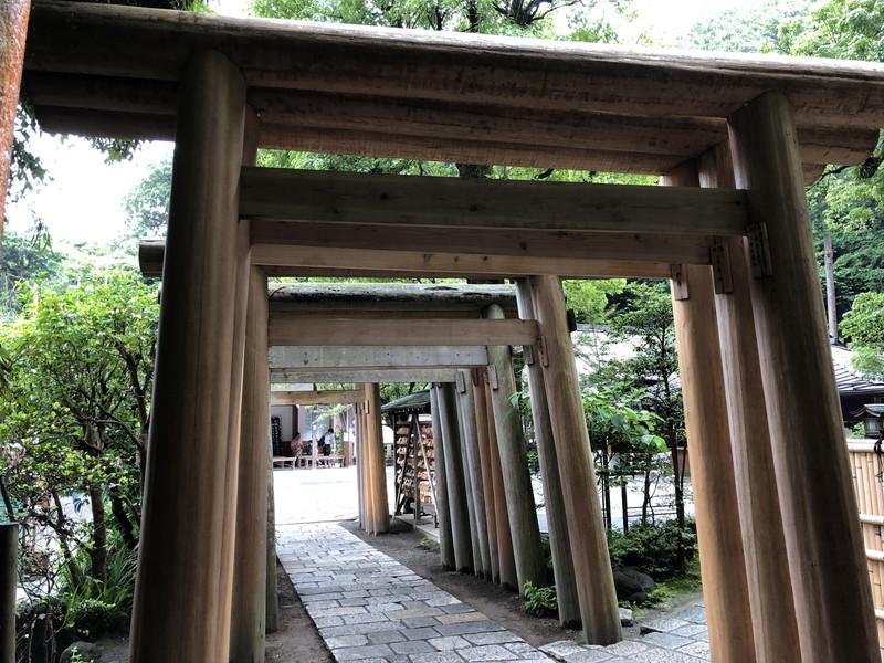 鎌倉銭洗弁天の入り口のトンネルを抜けた後にある白木の鳥居