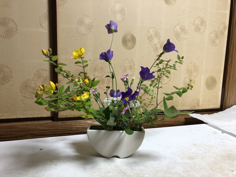 池坊の先生が生けられたセンターピースの自由花の裏