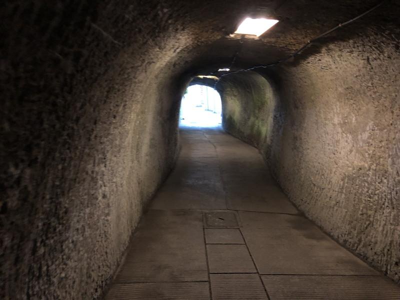 鎌倉銭洗弁天の入り口の洞窟の出口