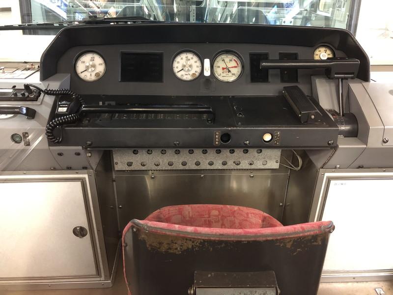窓から見える旧江ノ島電鉄車両の運転席
