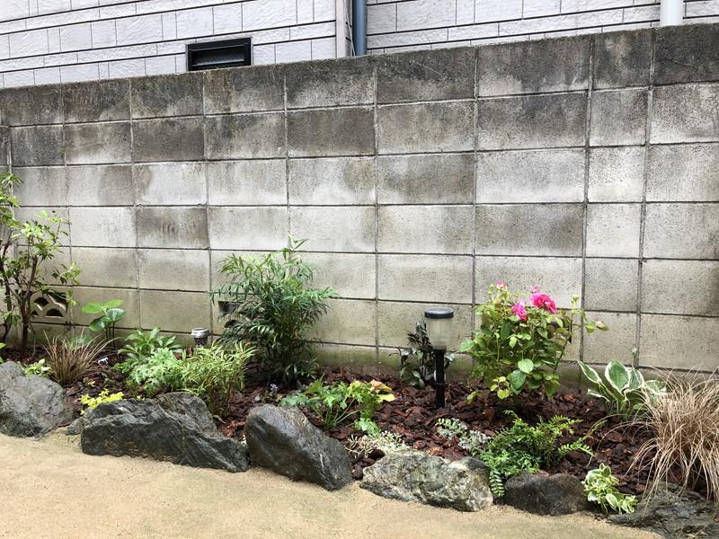日本の植物と西洋の植物と混在させたほぼ日陰の花壇の植栽工事
