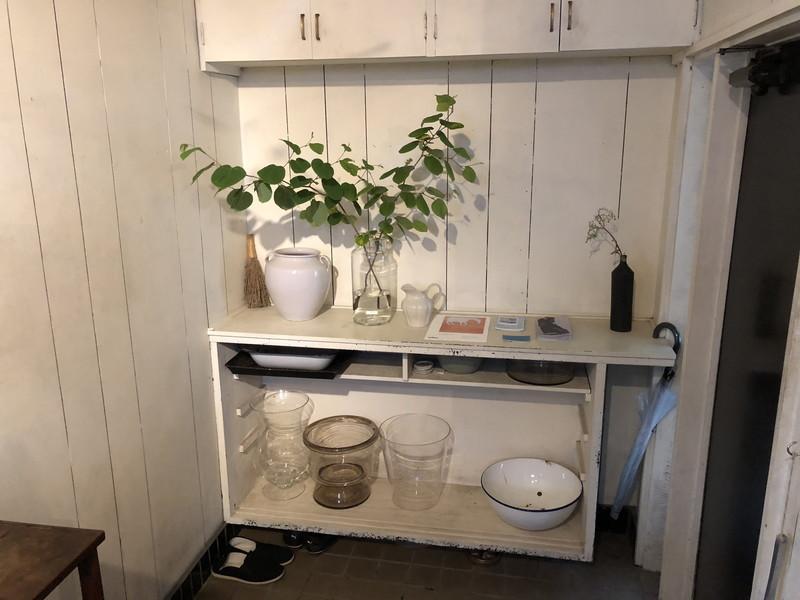玄関まで花器が置かれたカフェikanikaの店内
