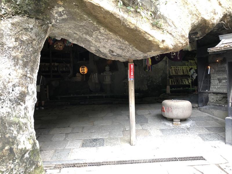 鎌倉銭洗弁天の入り口の岩の支え