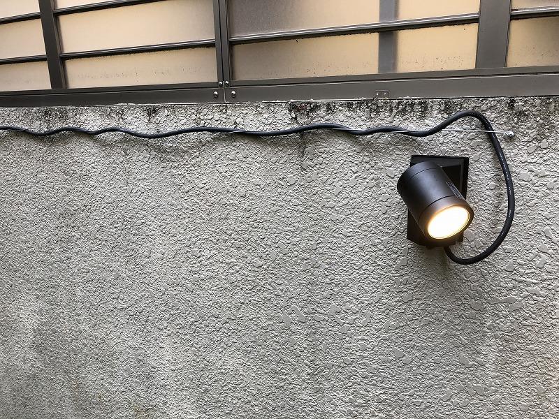 壁に取り付けたガーデンライト