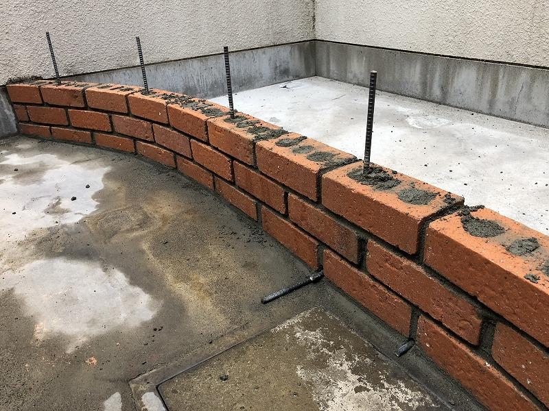 ナチュラルガーデンのレンガの花壇づくりの鉄筋の使い方