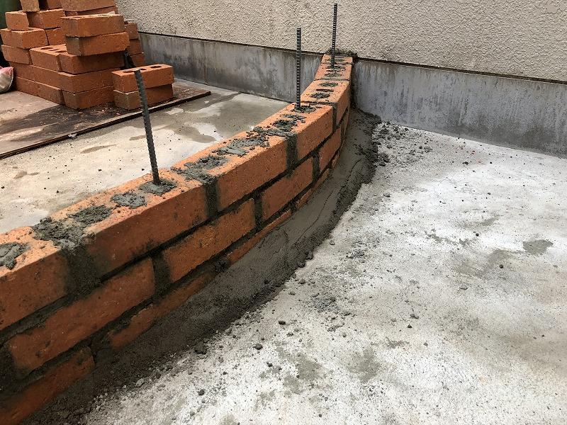セメントで内側を塗っておく強度があるナチュラルガーデンのレンガの施工方法