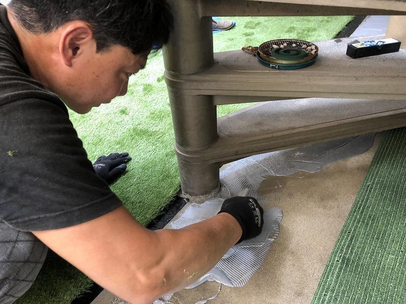 人工芝をコンクリートに施工するぐりんぐりんの職人