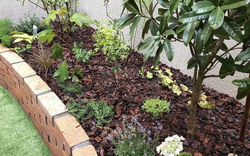 江東区の個人邸で施工したレンガ花壇と人工芝のドックランと植栽