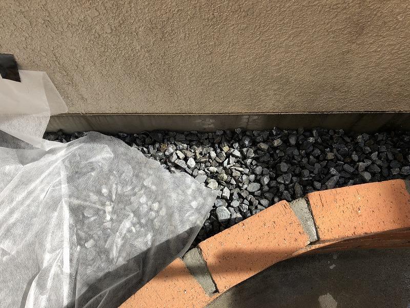 鉢底石と土を分ける不燃布の施工
