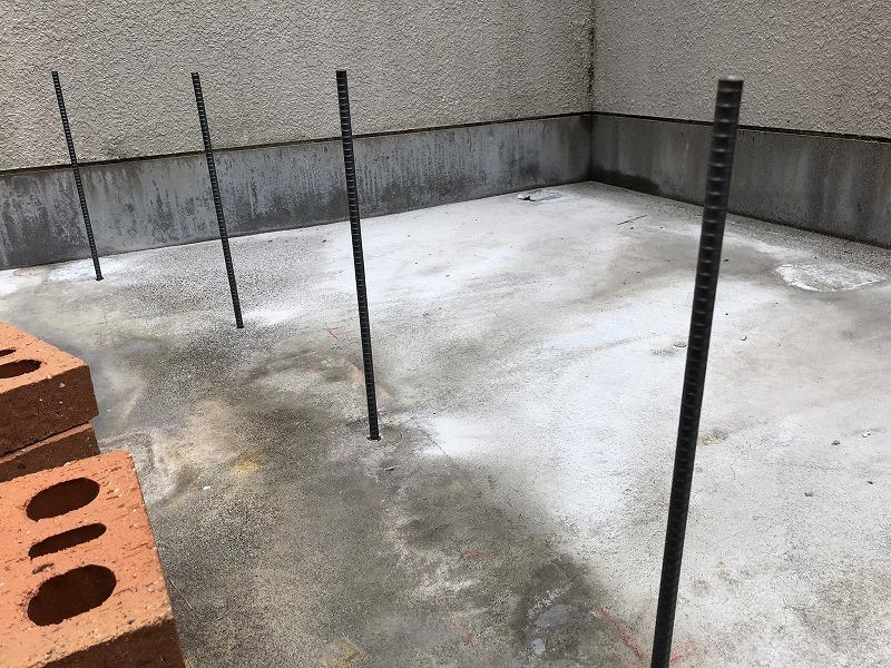 コンクリートに鉄筋を差し込む差筋をレンガの花壇の強度のために施工
