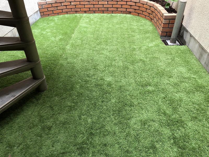 人工芝のつなぎ目を綺麗に合わせて綺麗に決まった人工芝