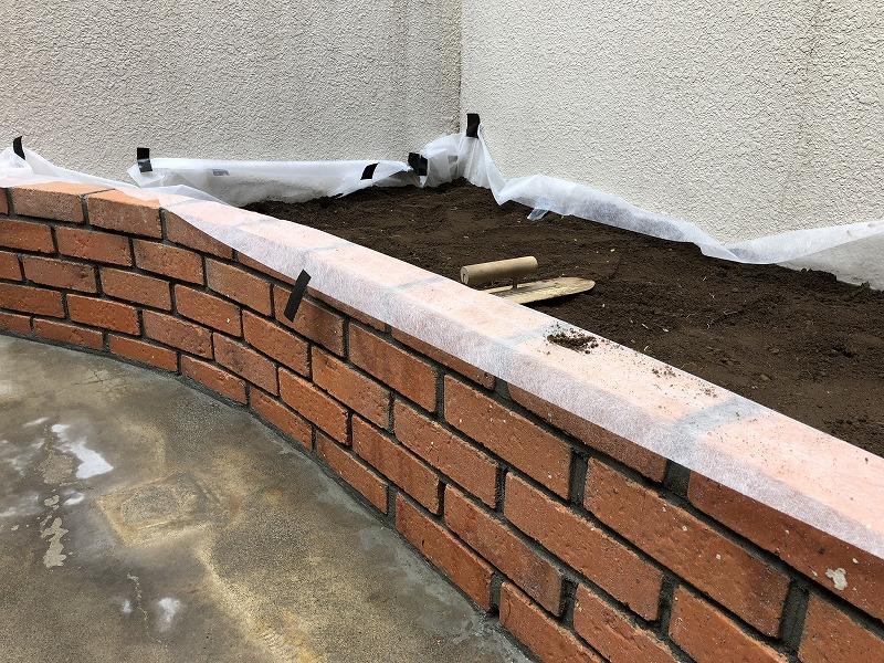 土を入れたナチュラルガーデンのレンガの花壇