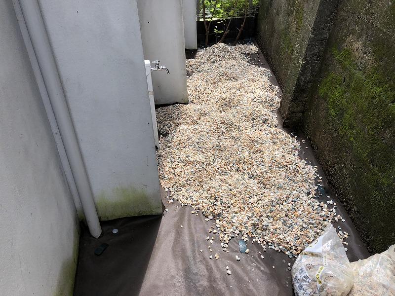 世田谷区でドクダミを除去して防草シートを敷いて砂利を敷いたお庭