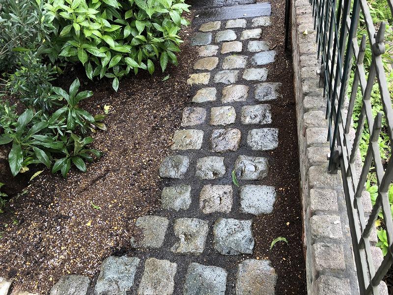 ナチュラルガーデンにマッチした連続したアンティークストーンの石畳