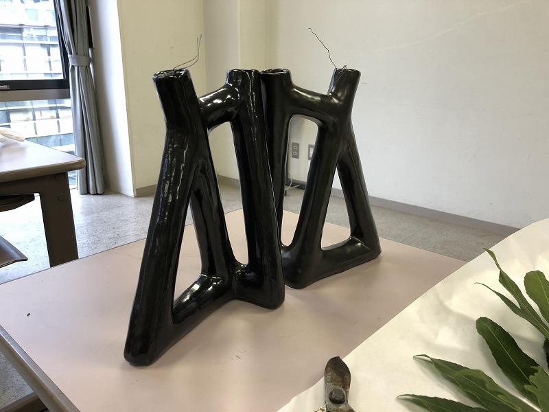 スリムでトラアングルが特徴の花器
