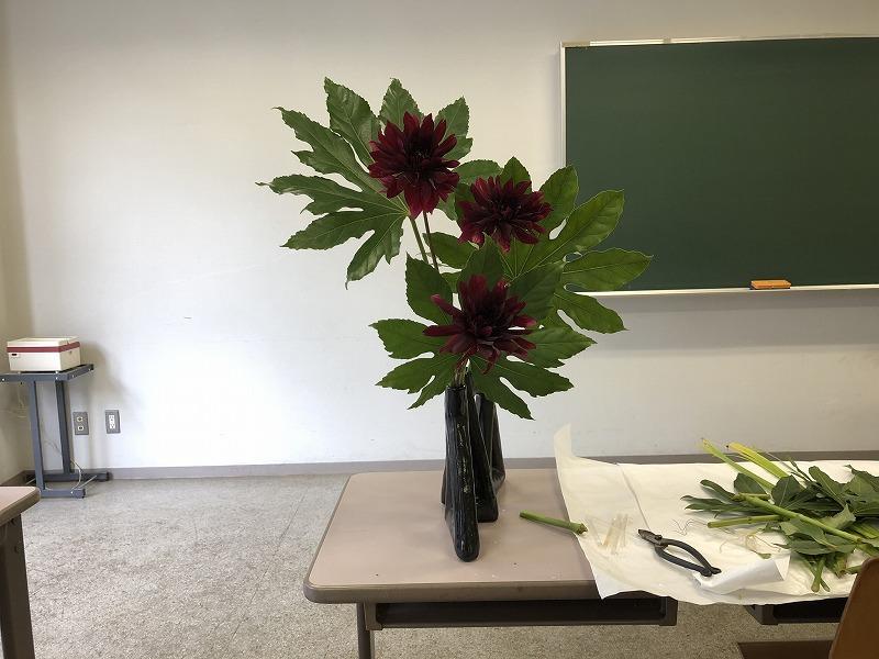 ダリアを三輪いけた2019年の池坊夏の男花展の作品